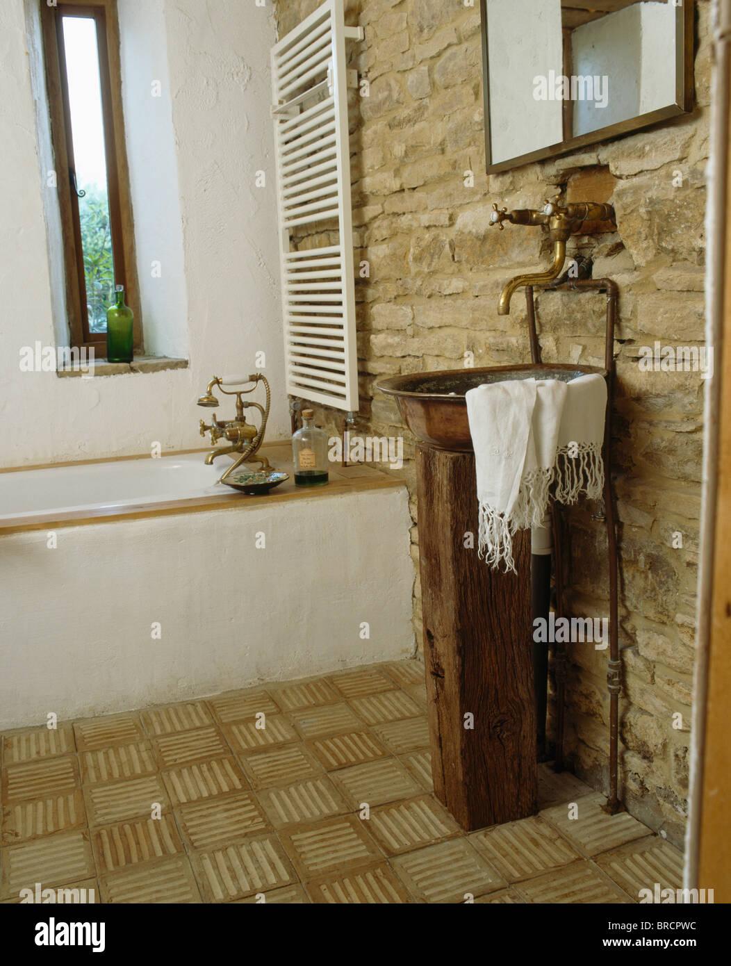 Salle De Bain Cuivree ~ vasque en cuivre sur socle en grange am nag e salle de bains avec