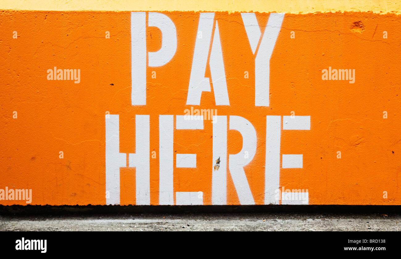 Parc ici inscription peinte sur pylône en stationnement Photo Stock