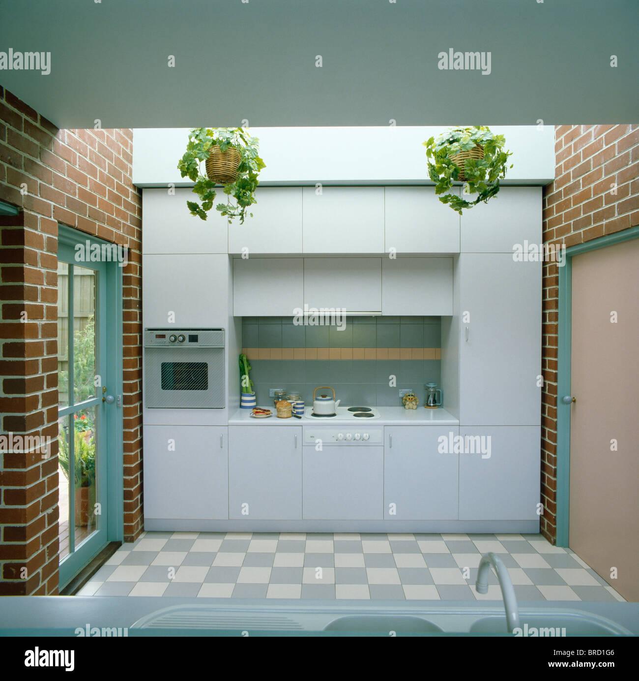 Carrelage blanc +bleu et des murs de brique dans une cuisine moderne ...