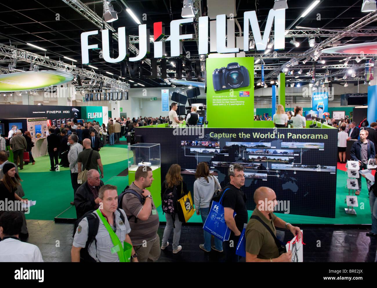La foule passant à la Photokina stand Fujifilm digital imaging trade show à Cologne Allemagne Banque D'Images