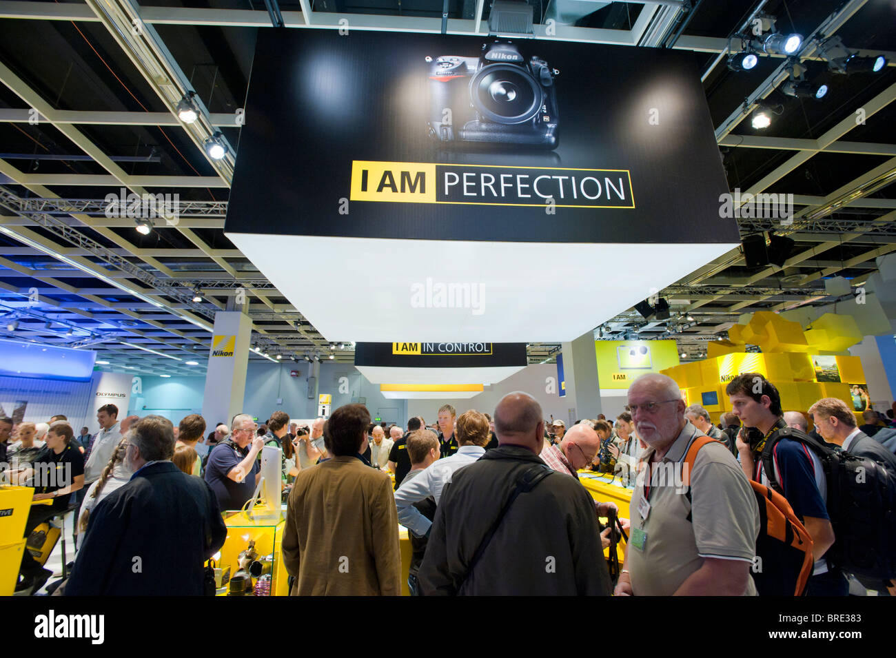 Beaucoup de gens au stand au salon Photokina Nikon digital imaging trade show à Cologne Allemagne Banque D'Images