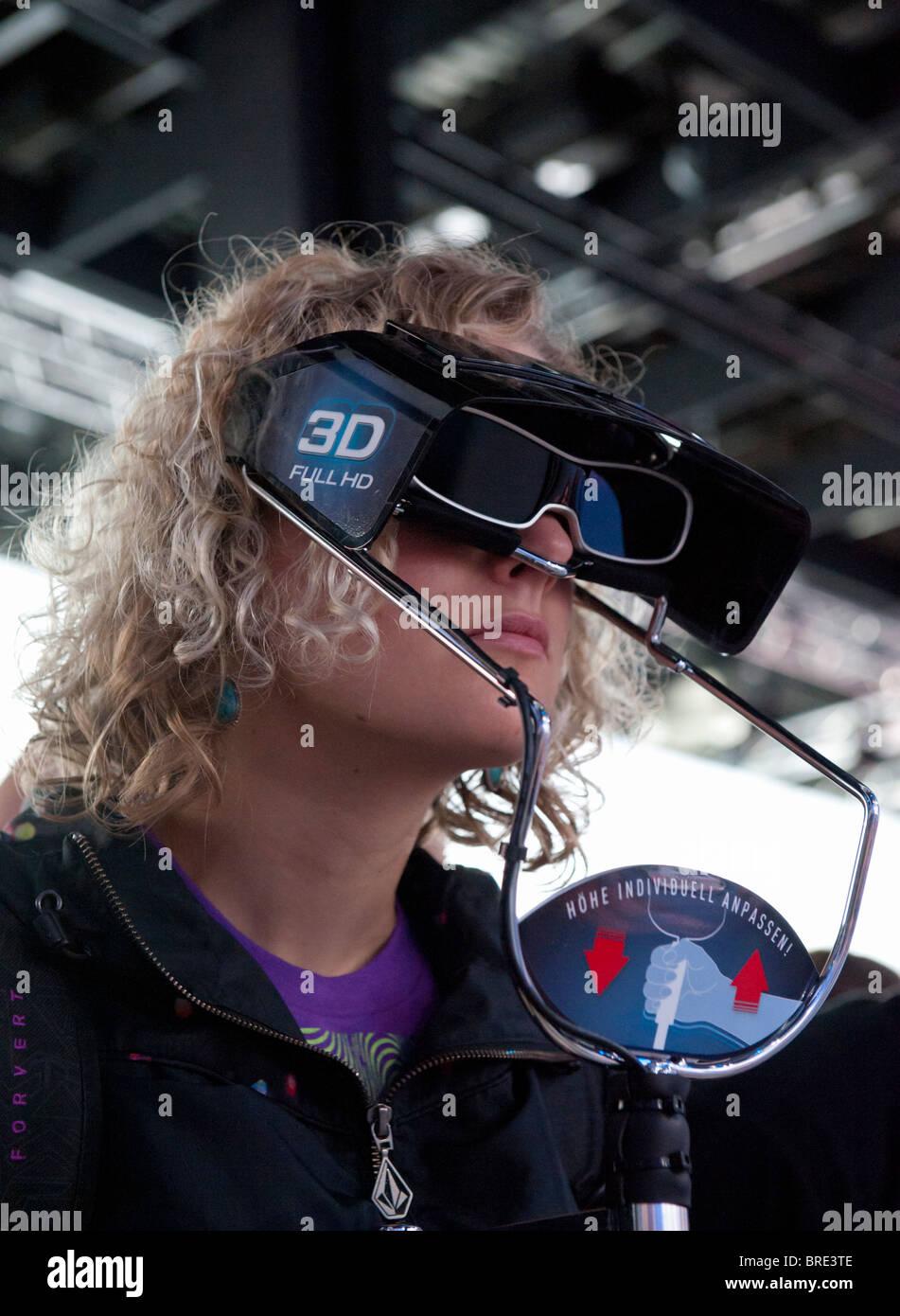 Femme regardant la télévision 3D à travers les lunettes 3D à l'imagerie numérique stand Panasonic Photokina trade show à Cologne Allemagne Banque D'Images