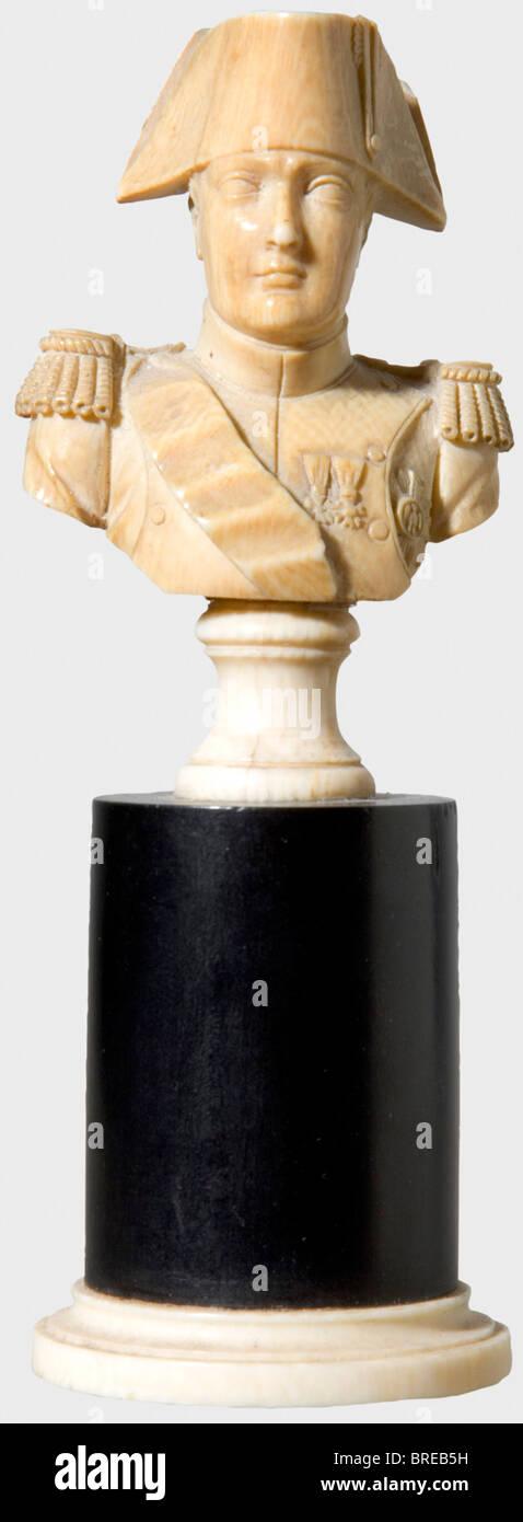 Napoleon I, un petit buste en ivoire ivoire sculpté. Sur un socle en bois avec une bague de pied d'ivoire. Photo Stock