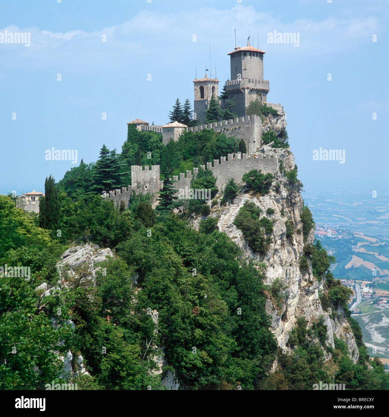 Les murs de la ville et forteresse, République de San Marino, Italie Photo Stock