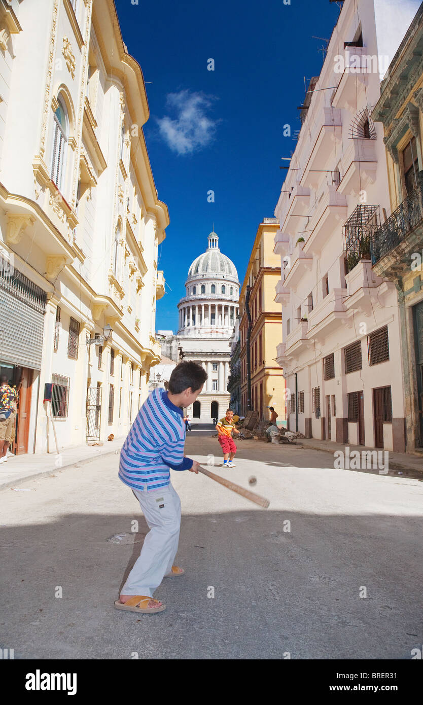 La Havane: les enfants jouent au base-ball et le Capitolio Nacional Photo Stock