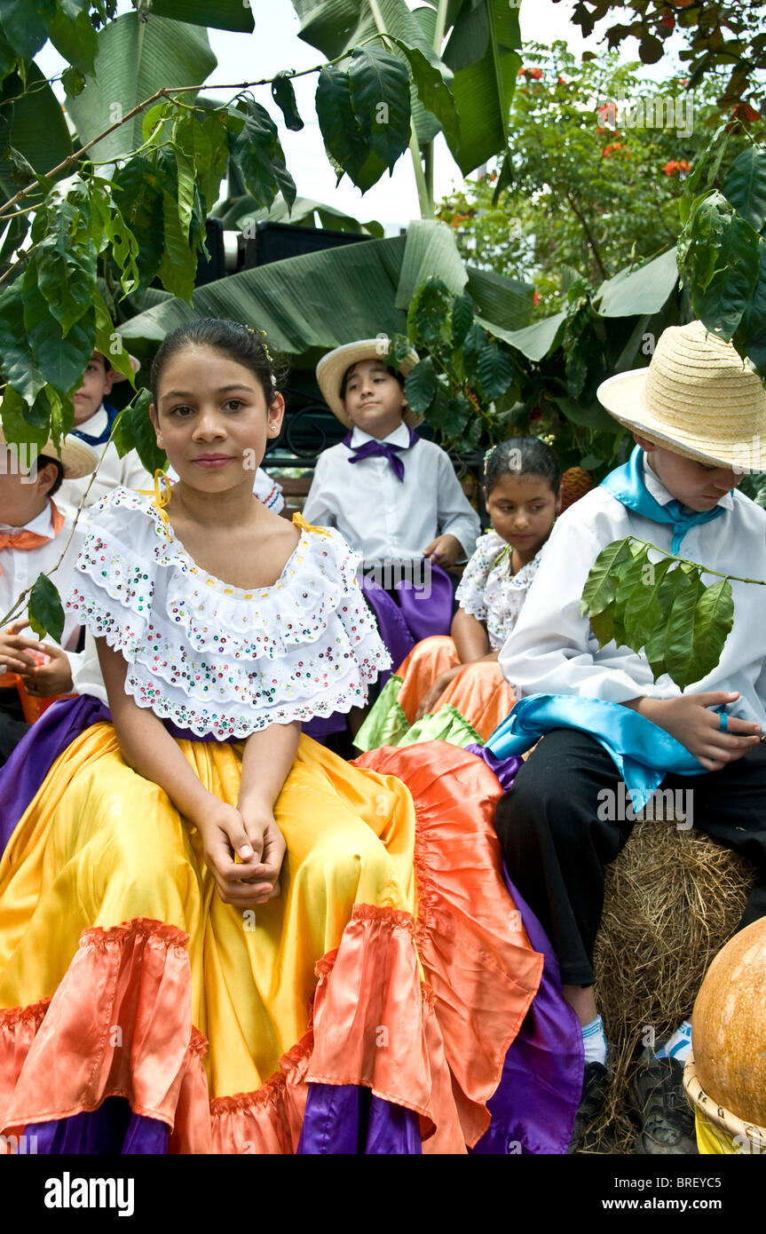 Jeune fille dans un costume traditionnel date de l'indépendance Ciudad Colon vallée Centrale Costa Photo Stock