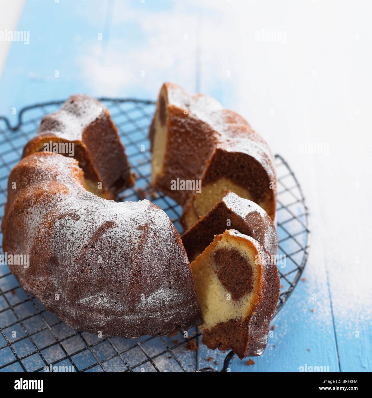 Gâteau bundt de marbre sur une grille de refroidissement Photo Stock