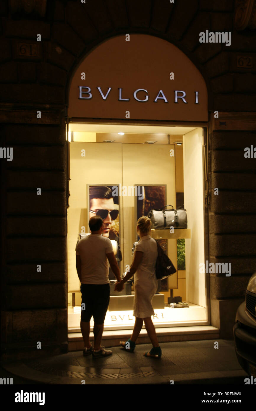 1c41005b11c Couple window shopping chez Bulgari à Rome Italie pendant la nuit Photo  Stock