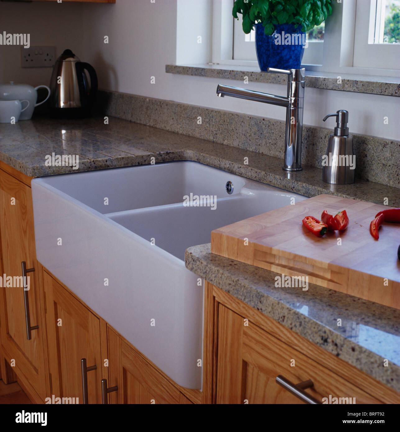 Plan De Travail Chrome close-up of belfast double évier et robinets en chrome