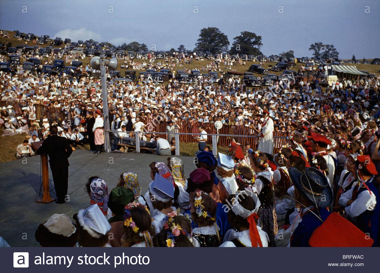 Une foule offre grâce au cours d'un service à un festival de la récolte de l'oignon. Photo Stock