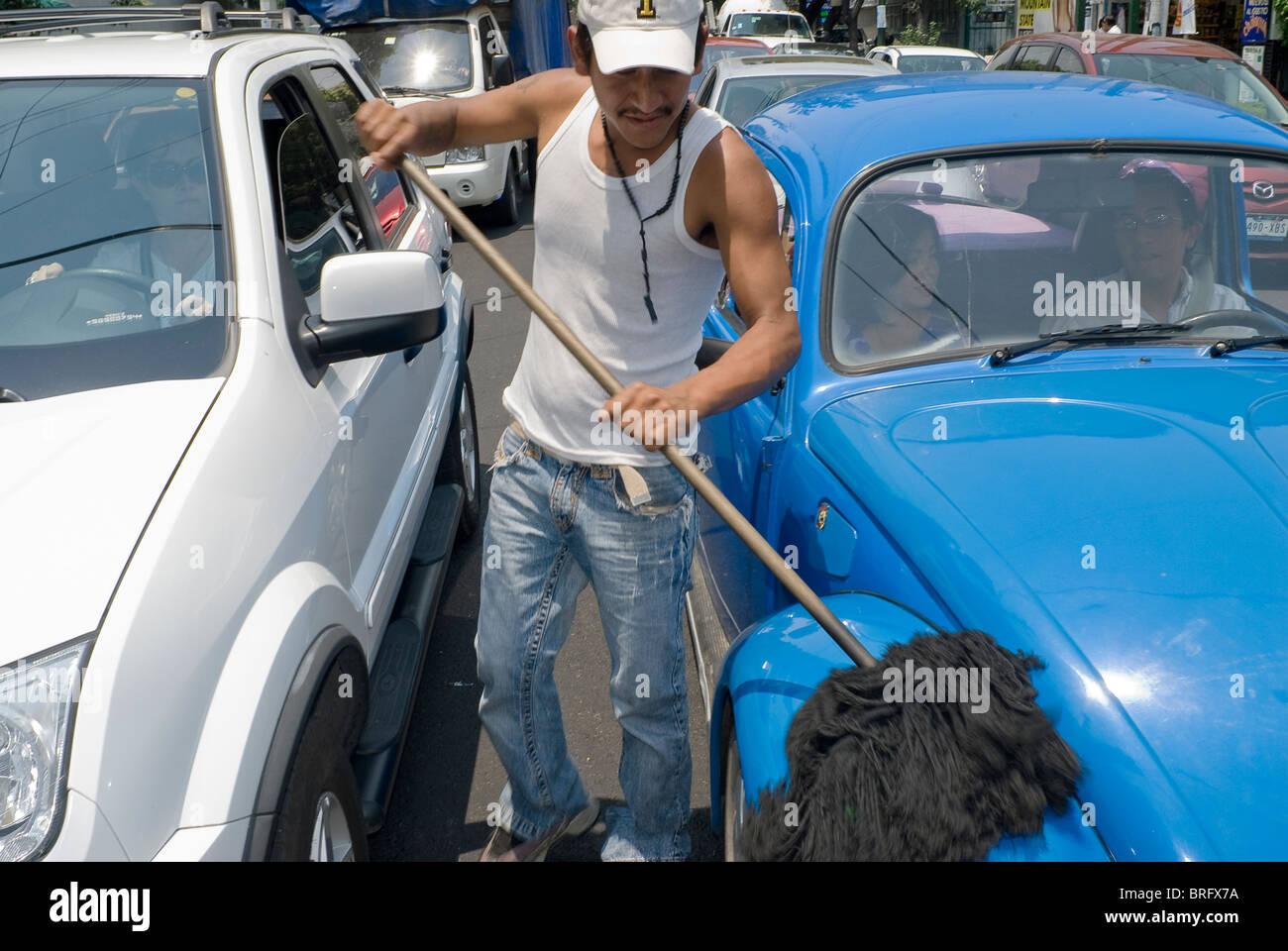 La rue reste le dernier refuge des chômeurs, comme ces nettoyants voiture vadrouille dans la ville de Mexico. Photo Stock