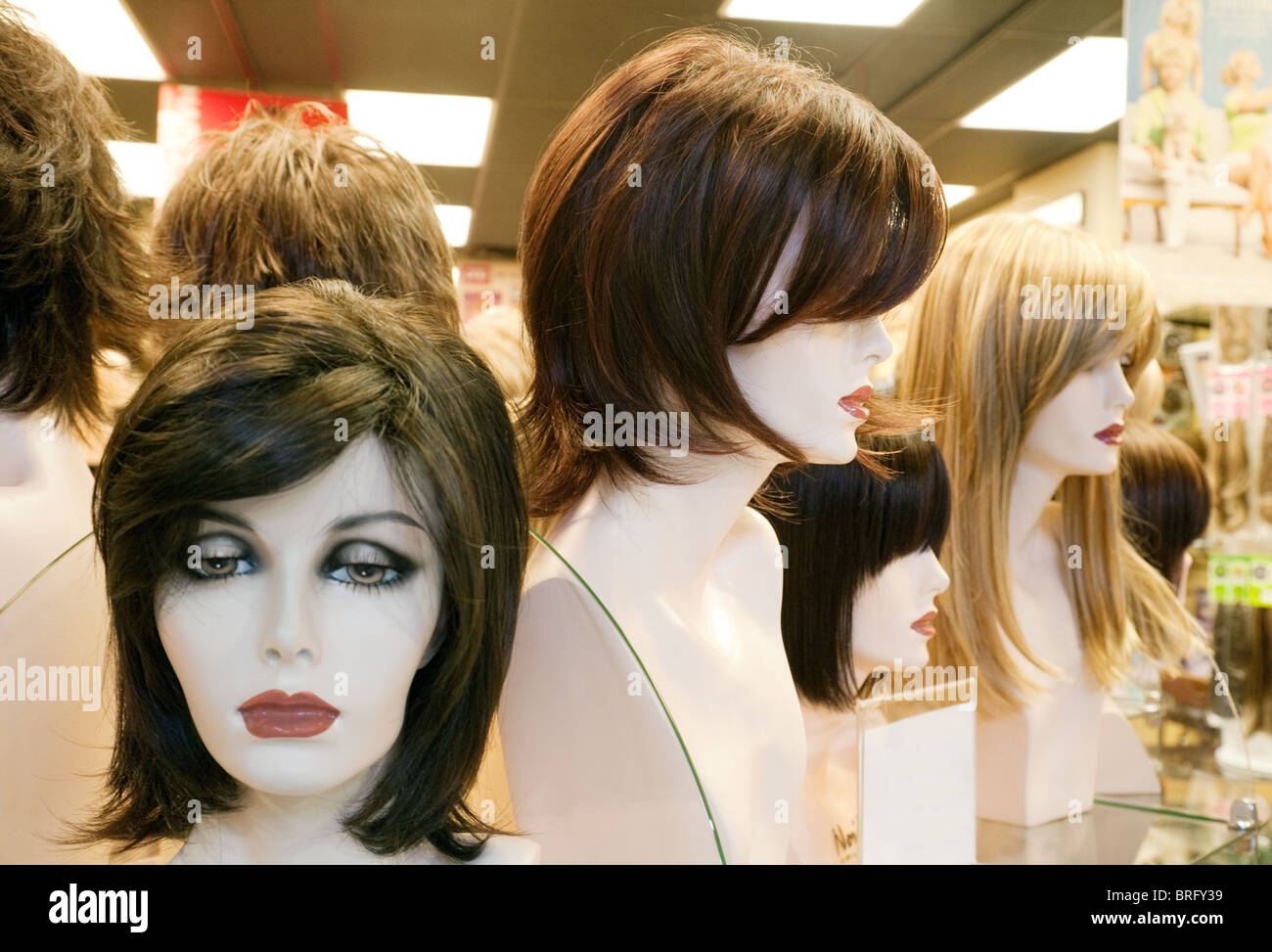 Les mannequins portant des perruques dans un magasin perruque shop window, Centre Commercial de Las Vegas, Las Vegas Photo Stock