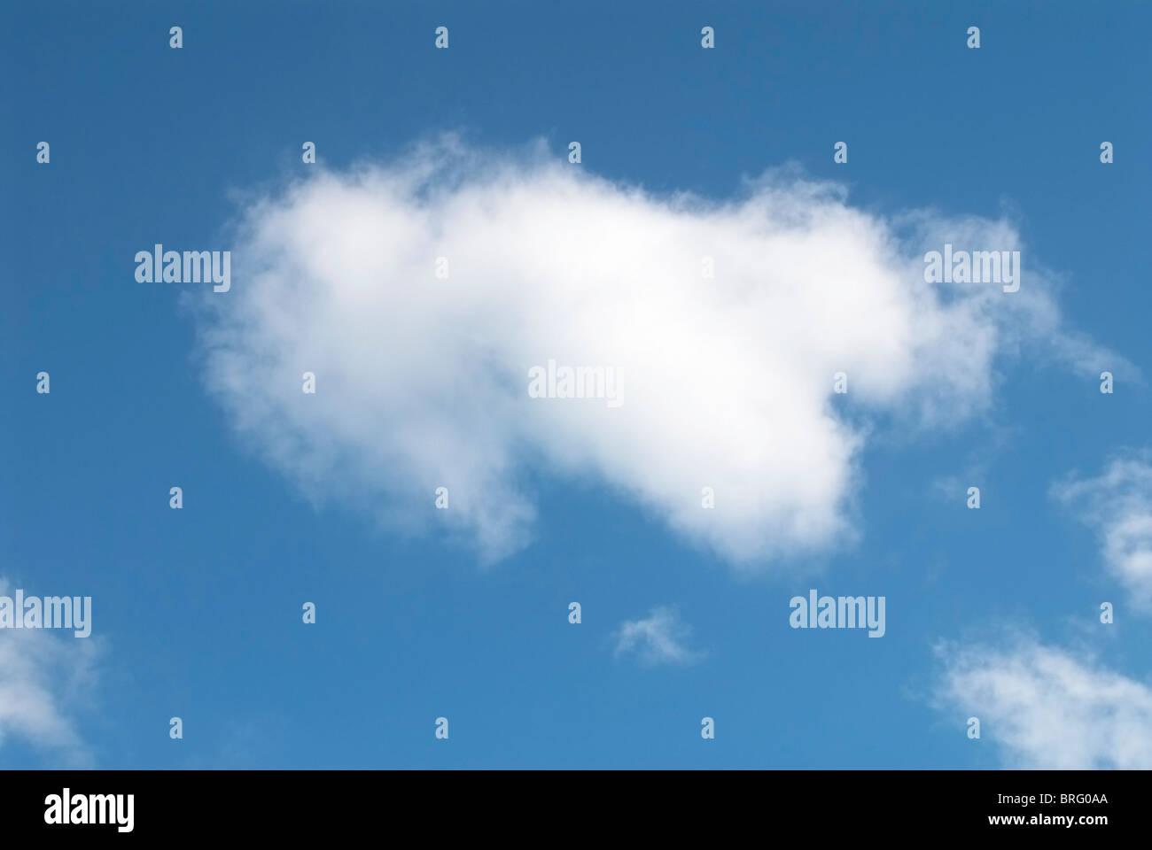 Ciel bleu et nuages moelleux Photo Stock