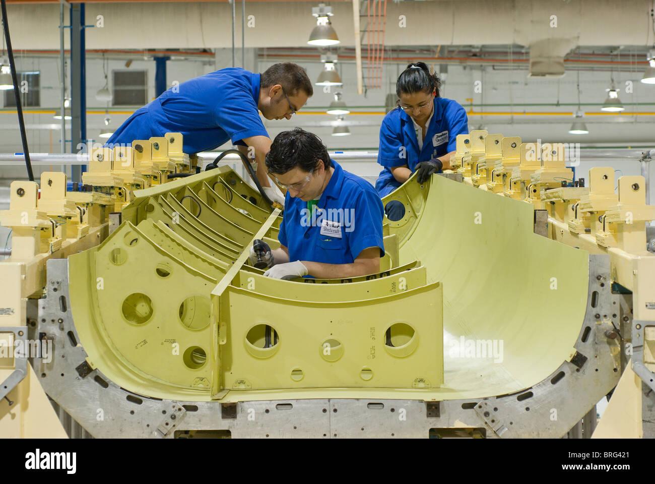 Les travailleurs de l'usine aérospatiale Hawker Beechcraft à Chihuahua, Mexique construire pièces Photo Stock