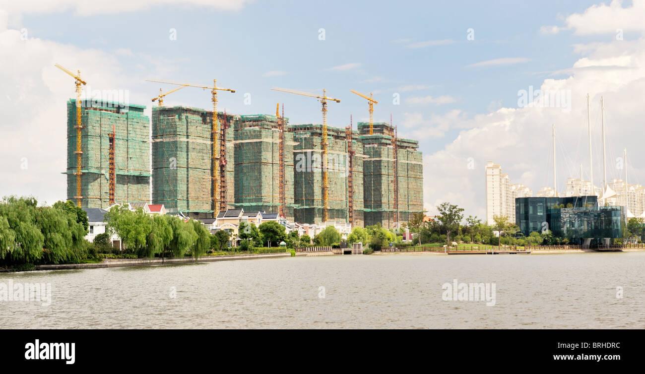 Shanghai, Shanghai, Chine. Maisons et appartements de luxe vu de Thames Town, l'un des nouveaux développements Photo Stock