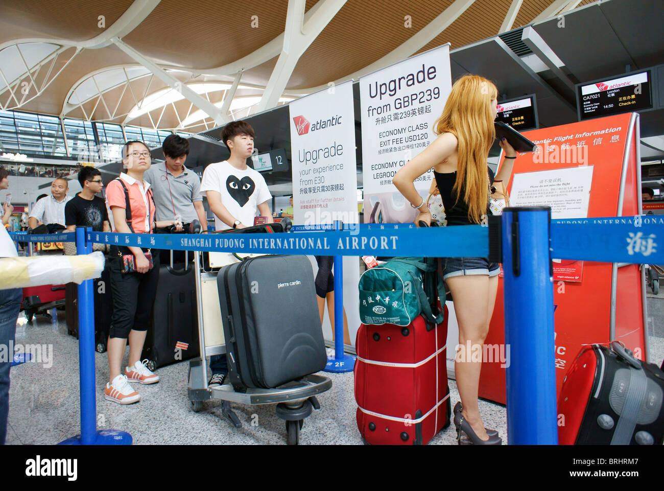 Shanghai, Chine. Les passagers en attente dans la file d'attente au contrôle des passeports dans la zone Photo Stock
