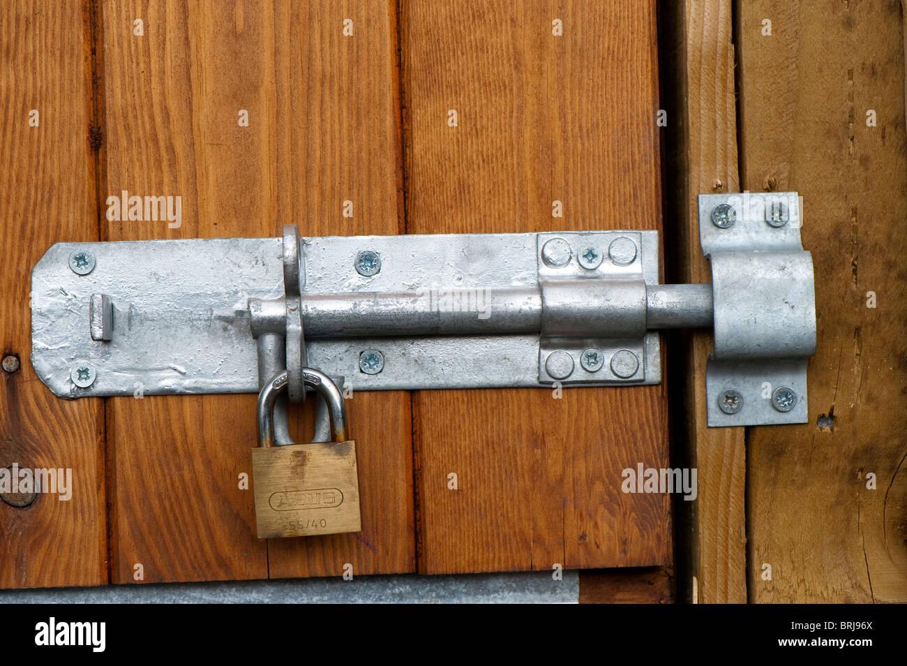 Vis et cadenas sur une porte en bois Photo Stock