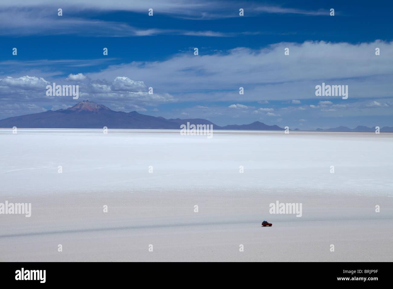 Un véhicule isolé sur le Salar de Uyuni, Bolivie Photo Stock