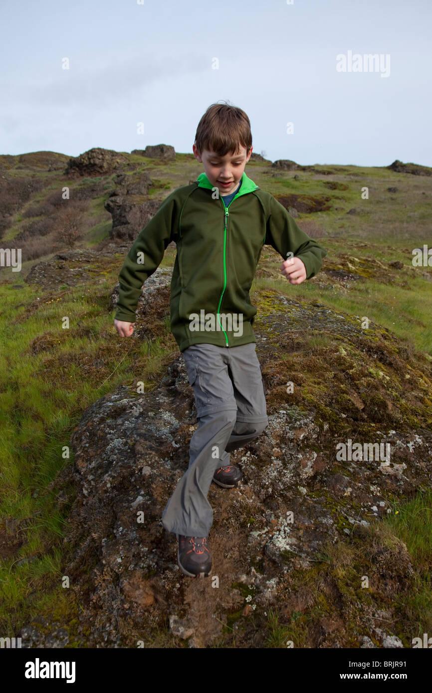 Un jeune garçon à la randonnée sur un matin de printemps ensoleillé. Photo Stock