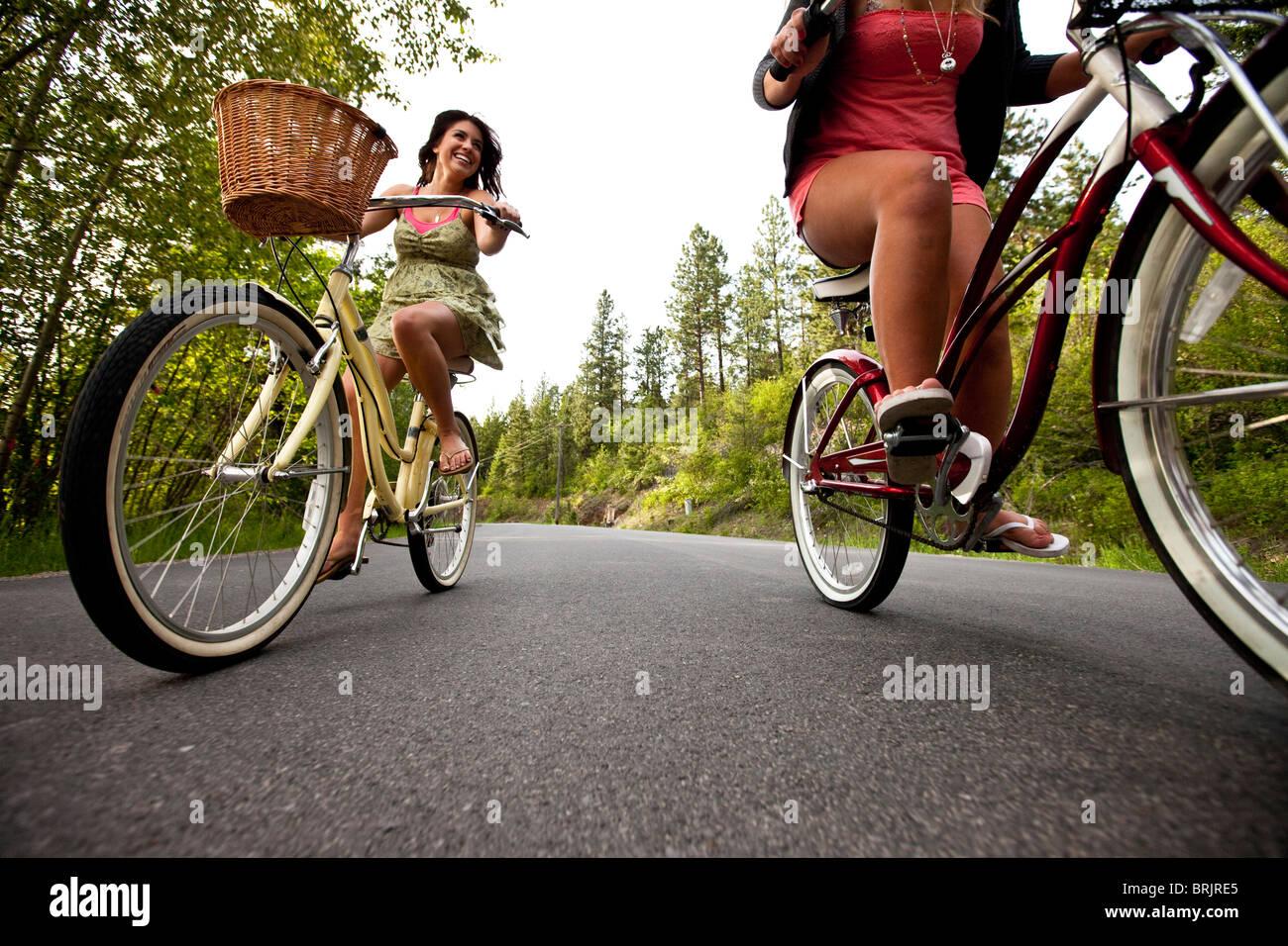 Les femmes ride beach cruisers près du lac dans l'Idaho. Photo Stock