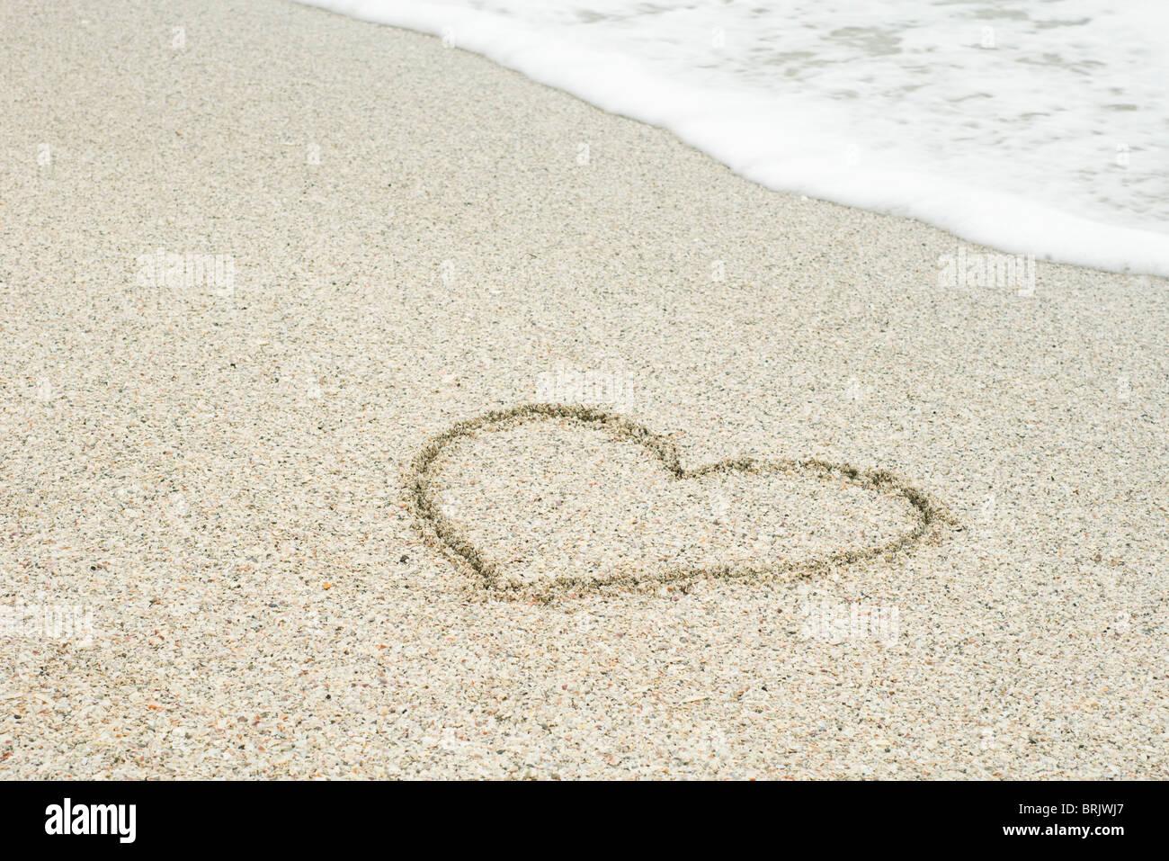 Coeur dessiné dans le sable à la plage Photo Stock