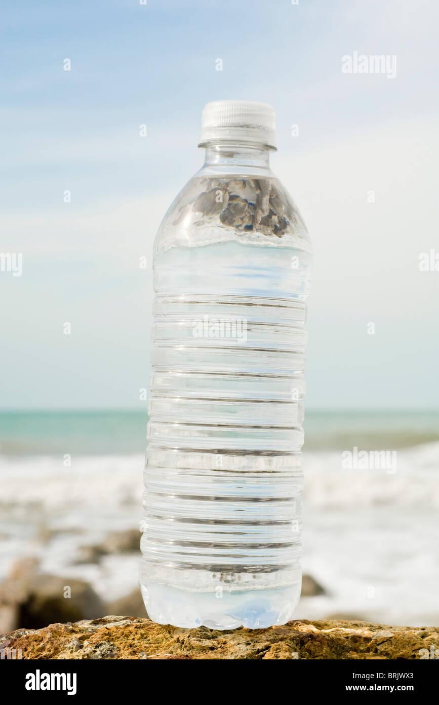 Bouteille d'eau sur le rivage Photo Stock