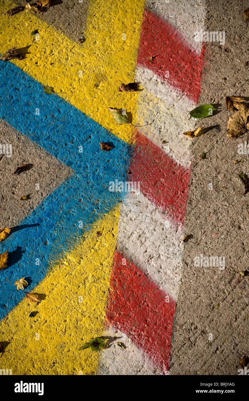 Résumé Le marquage routier,abstrait, de chevrons, double, jaune, lignes, route,la surface de la route, Photo Stock
