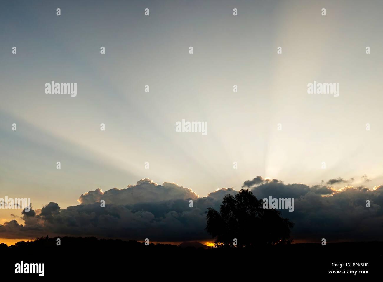 Rayons de soleil crépusculaire spectaculaire Photo Stock