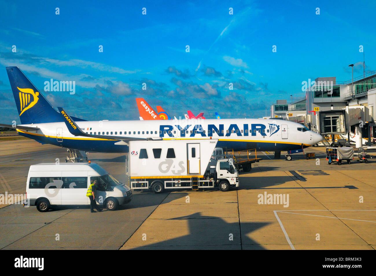 Avion de Ryanair sur l'aviation à l'aéroport de London Gatwick, UK Photo Stock