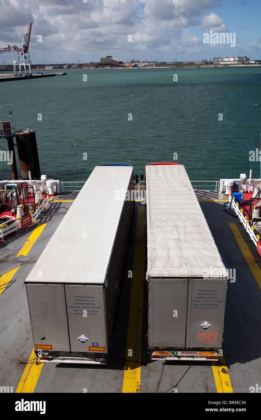 Camions de transport sur ferry Dunkerque France Photo Stock