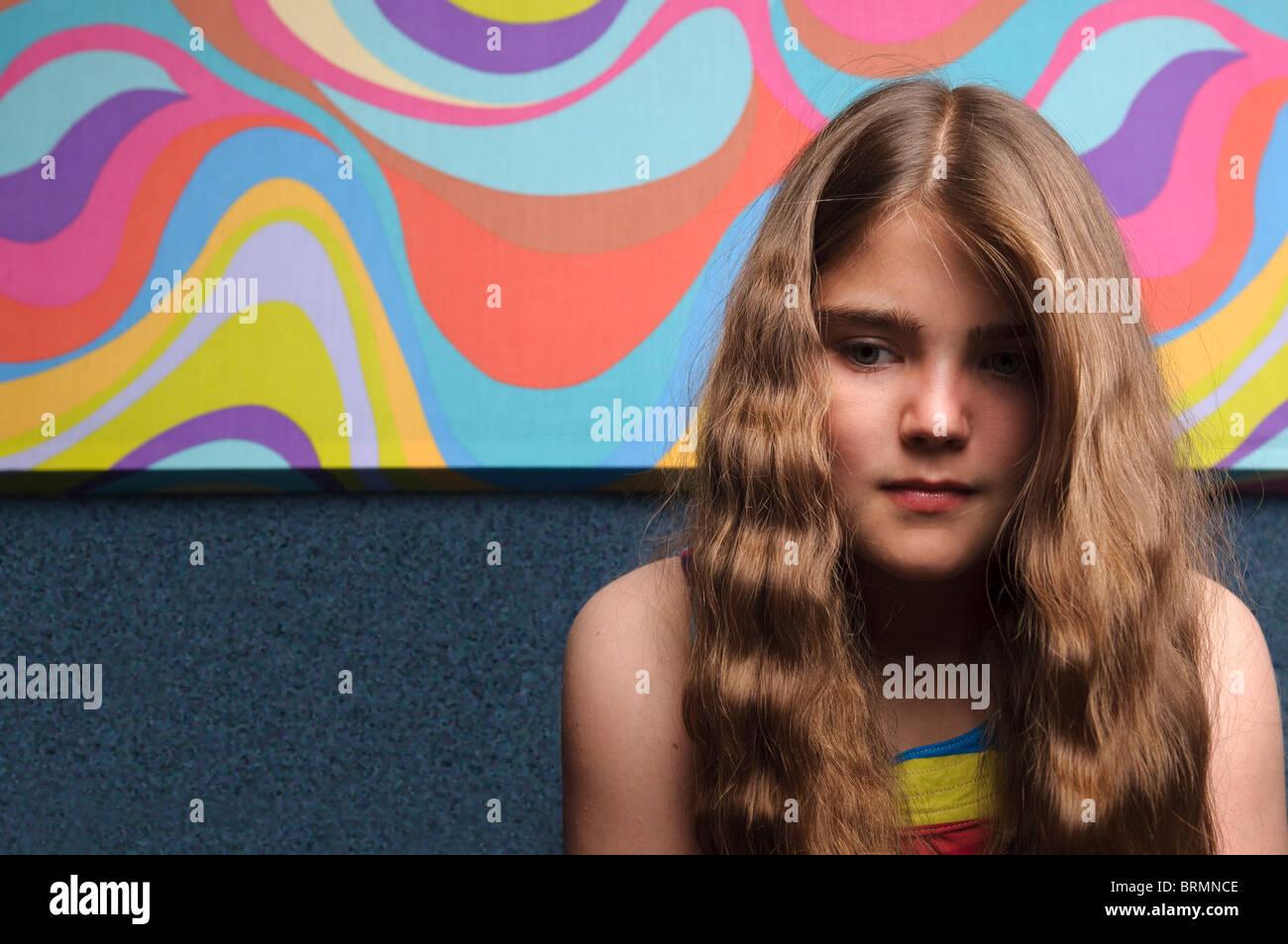 Jeune fille avec la peinture abstraite Photo Stock