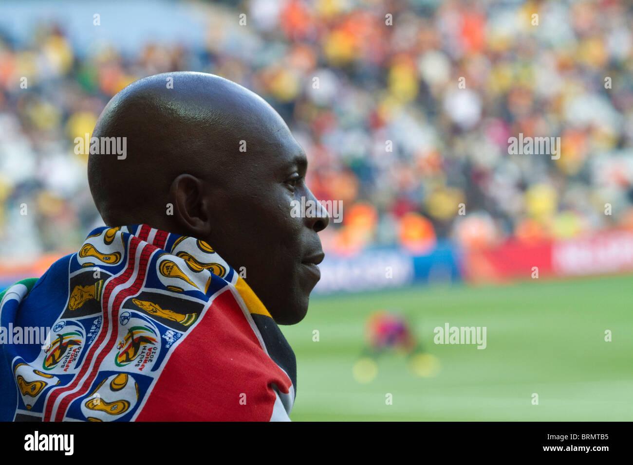 Vue arrière d'un partisan de soccer drapés dans une Coupe du Monde en Afrique du Sud pendant la drapeau Photo Stock