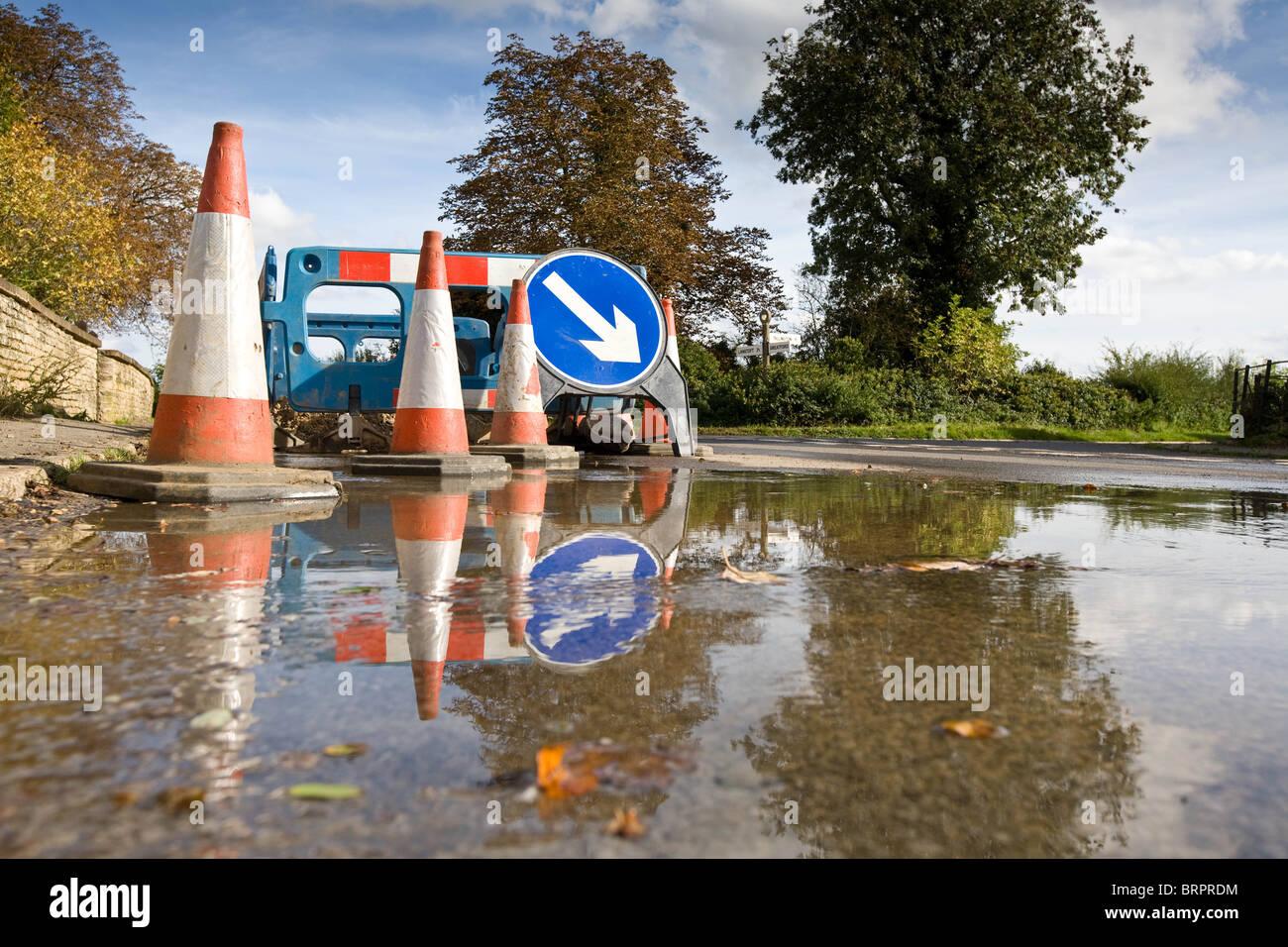 L'eau a éclaté dans un village-rue principale Photo Stock