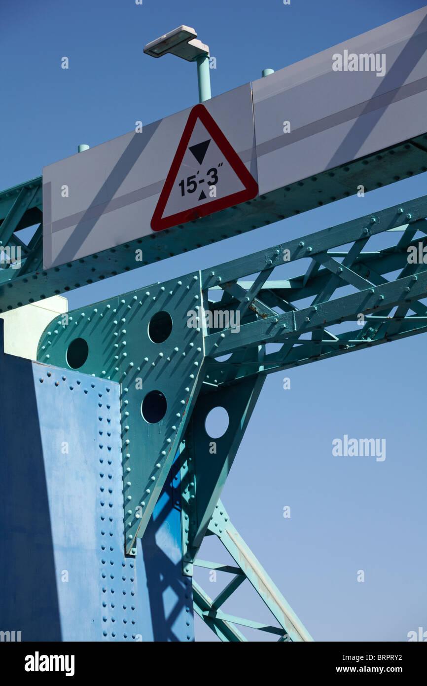 Signe de la limitation de hauteur 15'-3' à Poole, Dorset pont de levage fixé contre le ciel bleu Photo Stock