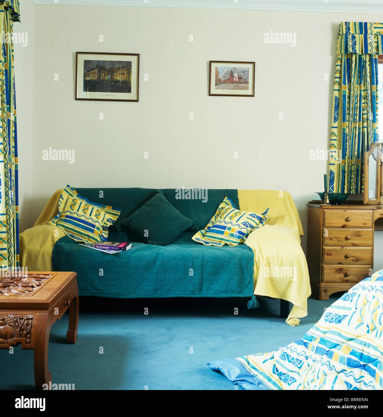 Le jaune et vert foncé sur jette canapé de style économie chambre ...