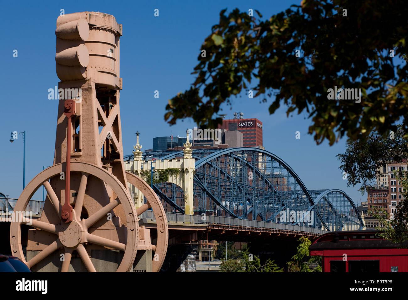 Fleuve d'objets industriels, Smithfield Street Bridge et ville derrière, Pittsburgh, Pennsylvanie Photo Stock
