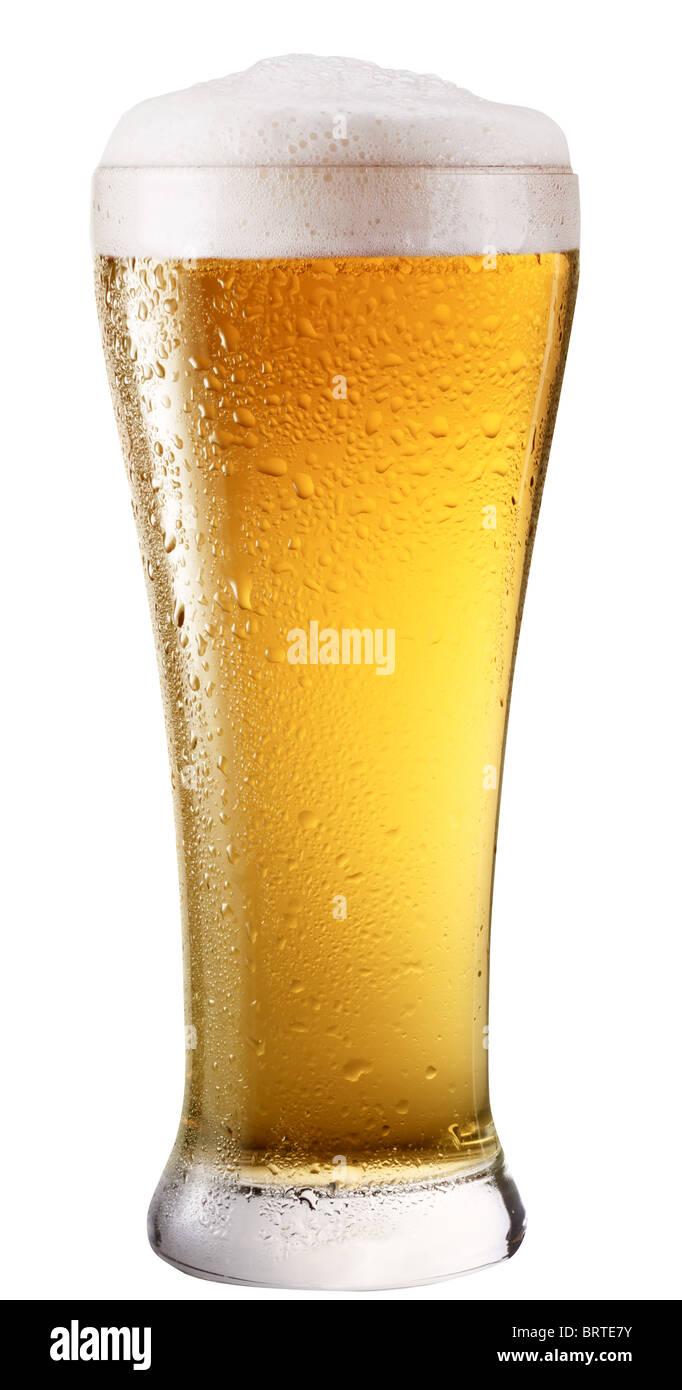 Frosty verre de bière légère isolé sur un fond blanc. Photo Stock