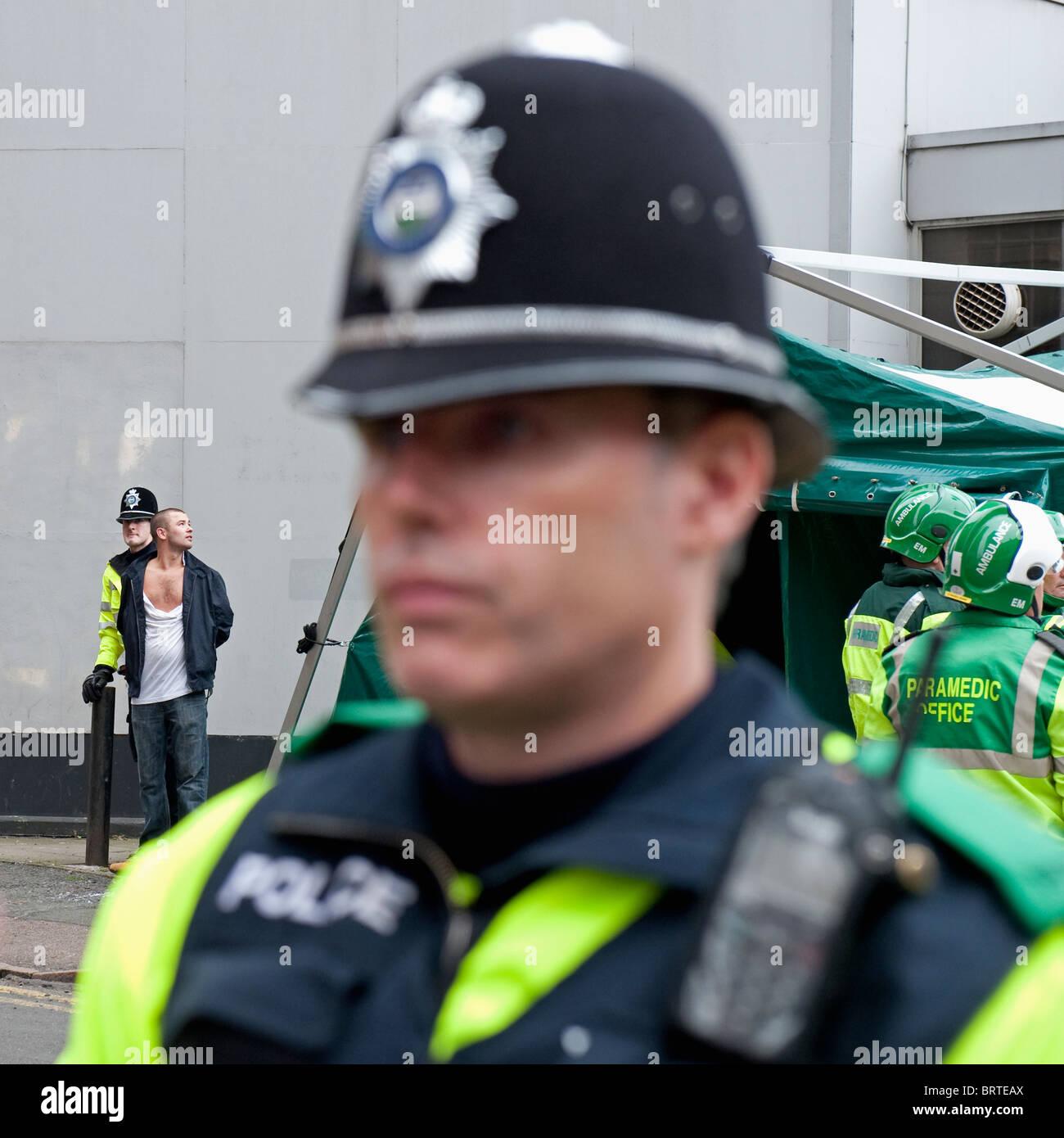 La présence policière comme la Ligue de défense anglaise démontrer à Leicester. 9 octobre 2010. Banque D'Images