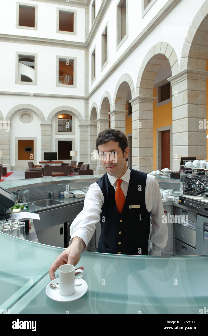 Un barman sert un café espresso Photo Stock