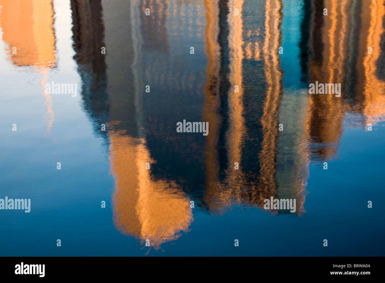 Réflexion matinale sur les bâtiments de Chicago Photo Stock