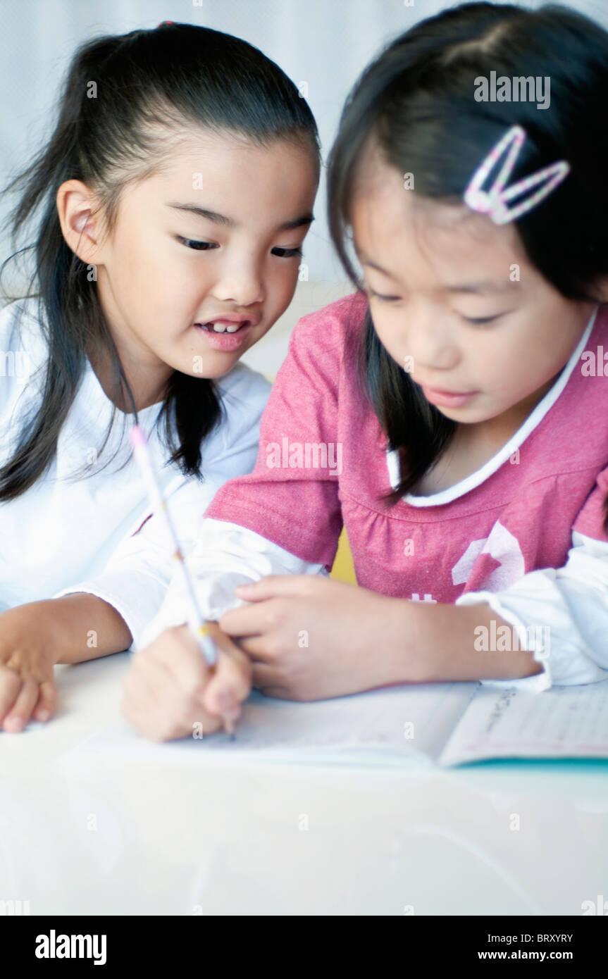 Pour faire leurs devoirs au Japon Banque D'Images