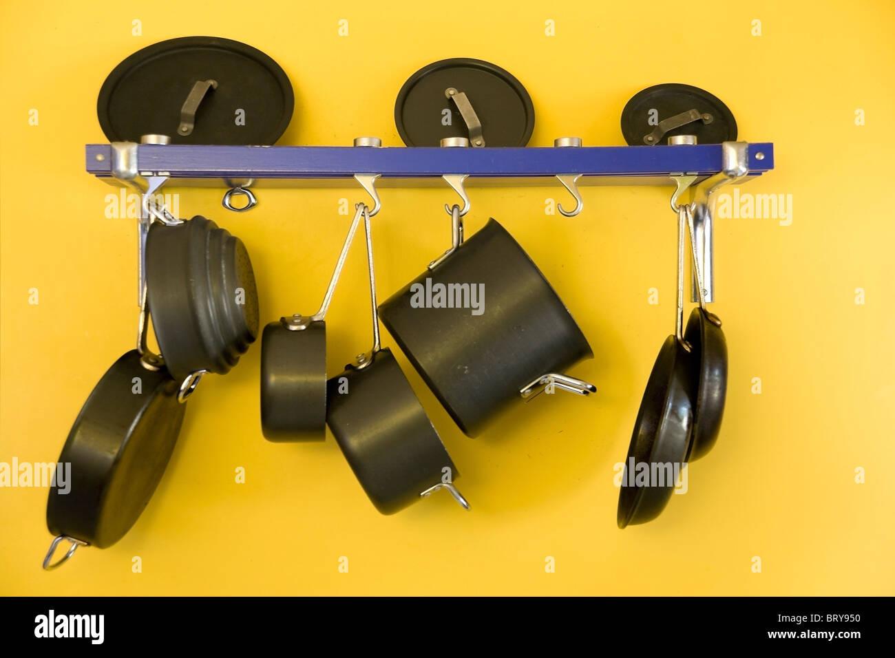 Les casseroles et poêles accroché sur un mur Banque D'Images