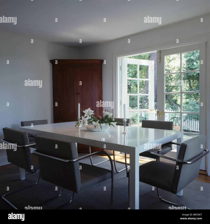 De Confortables Chaises Gris Et Blanc Table En Blanc Moderne