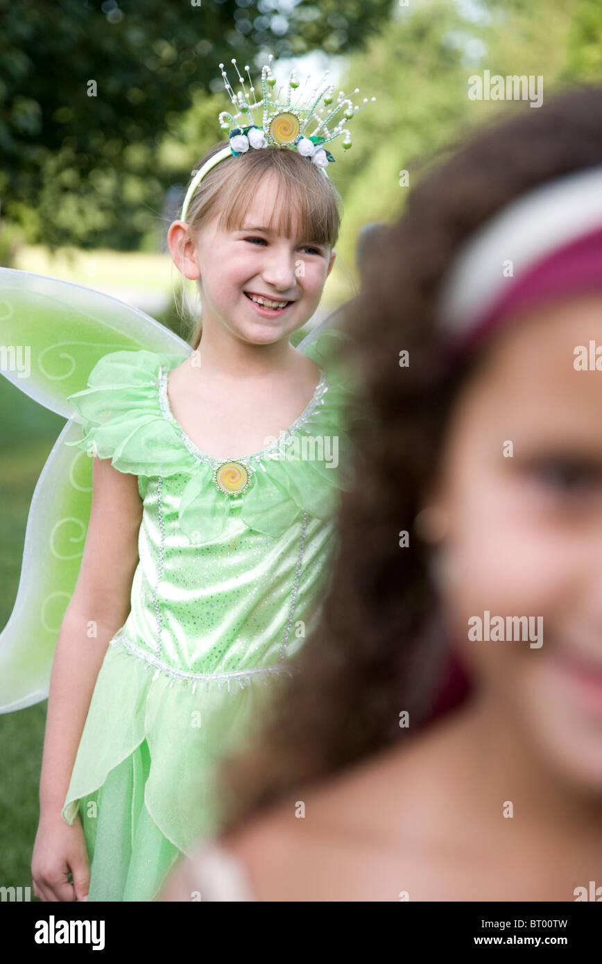 Deux jeunes filles (8-9) dans les costumes de Halloween Photo Stock