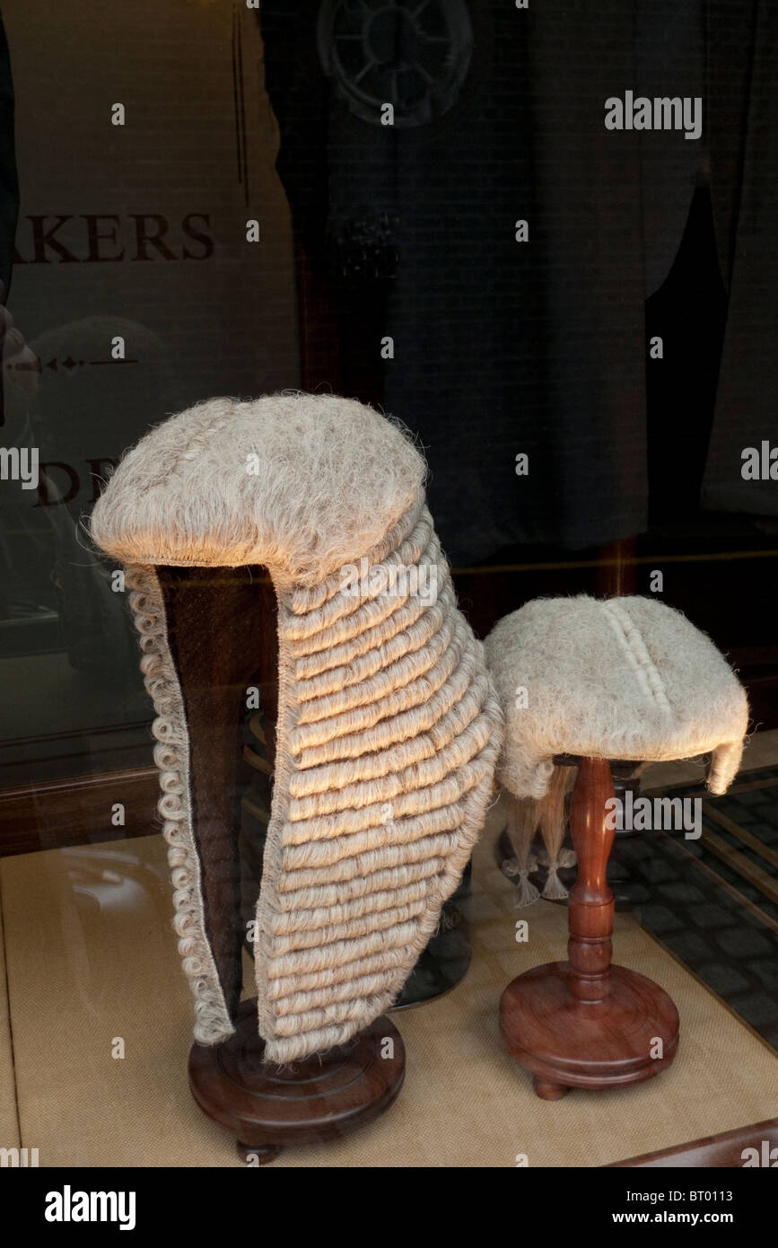 Juge et avocat de perruques à Ede et Ravenscroft fenêtre dans Chancery Lane, London England UK KATHY DEWITT Photo Stock