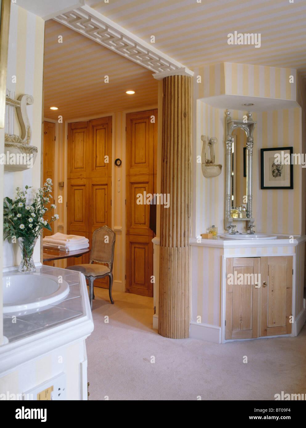 Colonne de support en bois classique dans une salle de bains ...