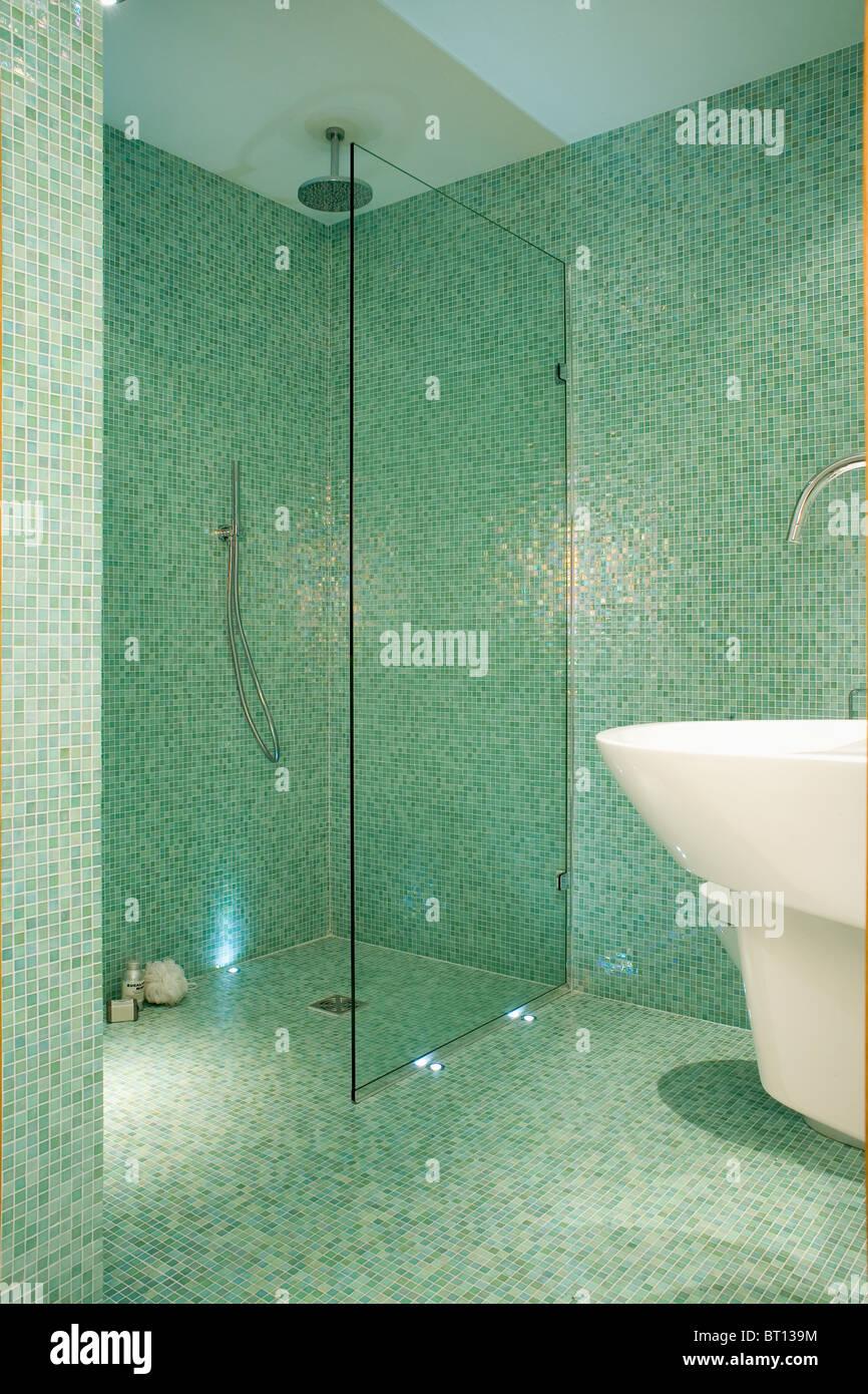 Sur l\'écran de verre d\'\'eau douche dans la salle de bains carrelée ...