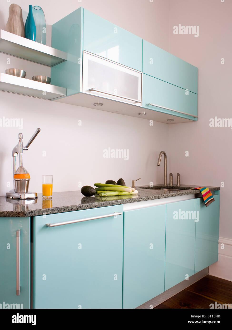 Centrifugeuse sur en blanc avec cuisine moderne en bleu ...