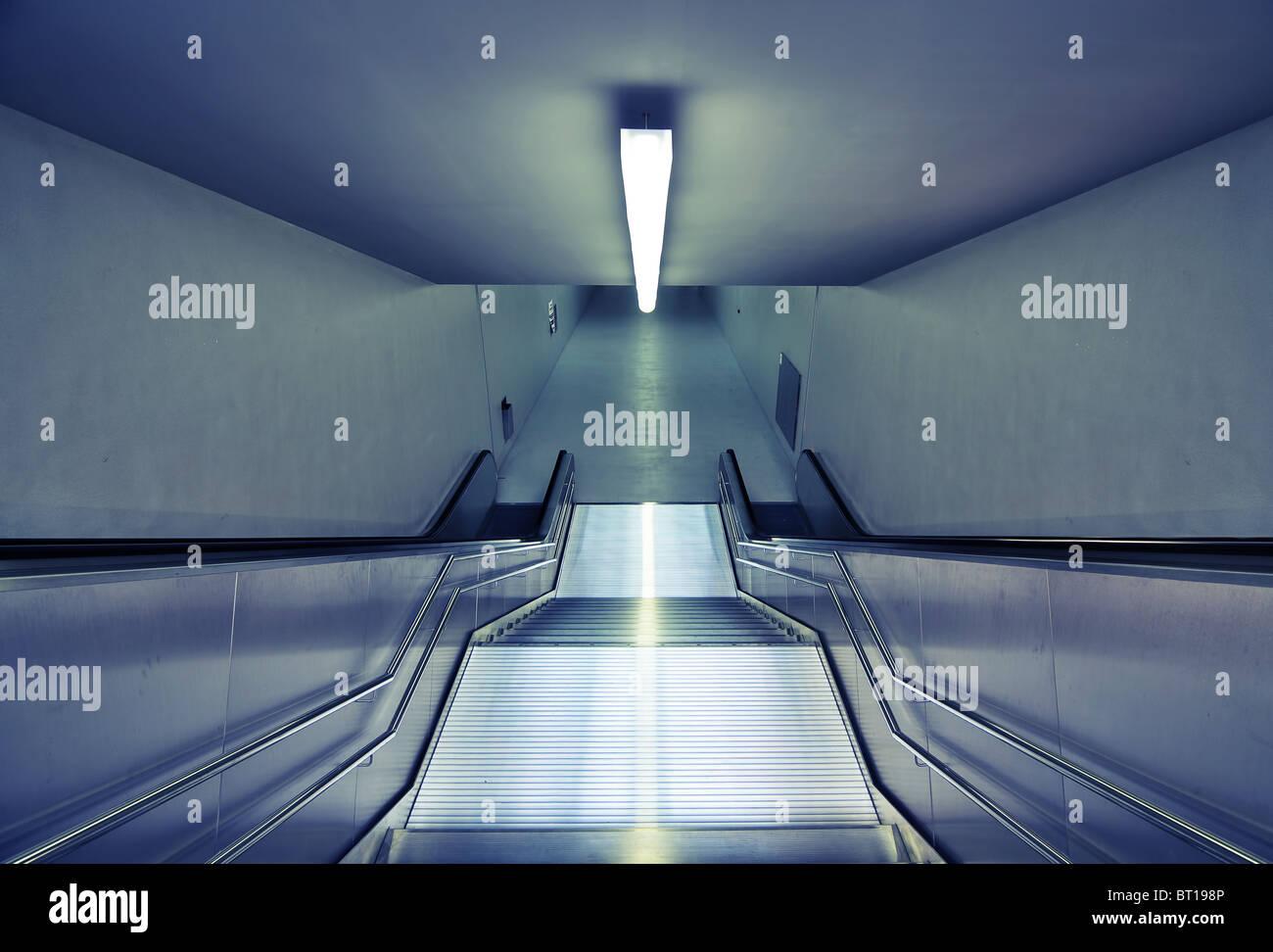 Vue vers le bas de l'escalier de la station de métro moderne en acier Photo Stock