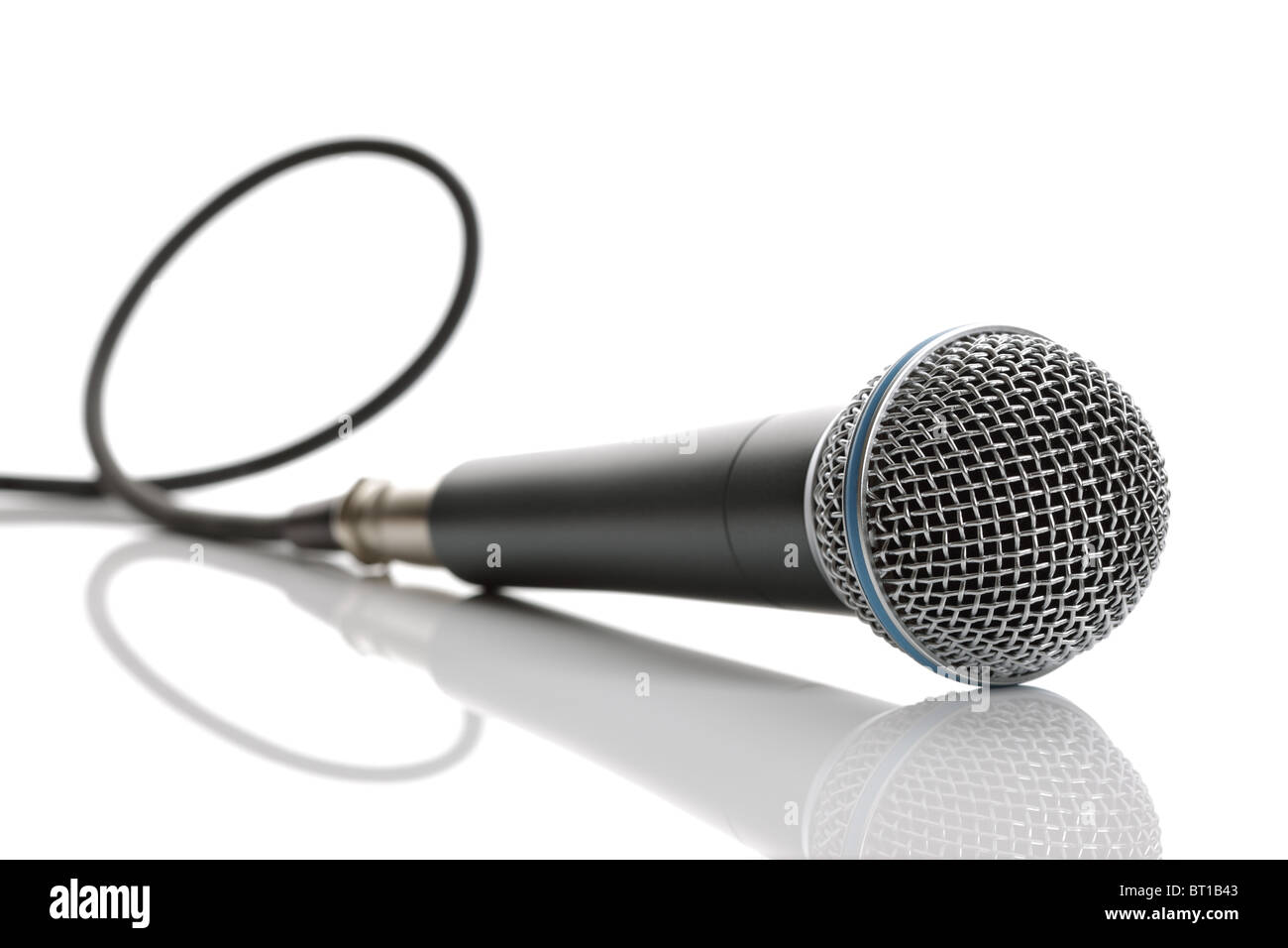 Microphone avec câble isolé sur fond blanc Photo Stock